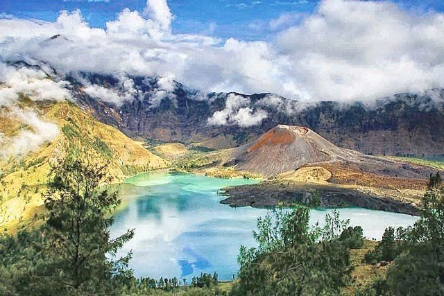 Danau Segara Anak merupakan danau kawah (kaldera) Gunung Rinjani yang berada di ketinggian sekitar 2.008 mdpl #WonderfulIndonesia #PesonaIndonesia