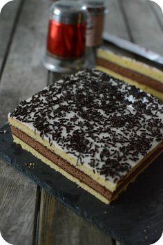 Le Napolitain fait maison (facile) Pour les gâteaux : - 250 g de farine - 1/2 sachet de levure - 200 g de sucre semoule - 200 g de beurre fondu - 4 œufs - 1 cuillère à café d'arôme vanille - 1 cuillère à soupe rase de cacao en poudre - une pincée de sel Ganache au chocolat : - 150 g de chocolat noir - 12 cl de crème fraîche liquide Pour le glaçage : - 100 g de sucre glace - 4 cuillères à soupe de crème liquide entière - 50 g de Vermicelle au chocolat pour la décoration Plus