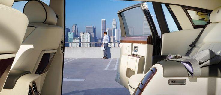 De extra lengte van de Phantom Extended Wheelbase strekt zich uit tot de achteraan scharnierende coach deuren, die u en uw passagiers nog meer privacy en bescherming bieden bij het betreden en verlaten van de auto.