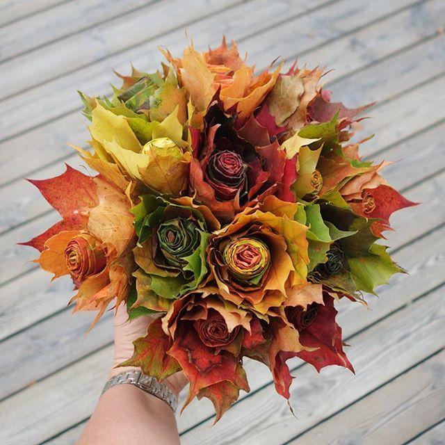 Maple leaf bouquet ~ R o s o r ~ Provade att göra lönnrosor Lite terapiarbete och det var så kul att det gick inte att sluta förrän hela kassen med löv var slut! #ajlööövhösten #höstlöv #höstfärger #lönn #löv #lönnrosor #älskarhösten #annorlunda #bukett #höst #pyssel #jennysvägkantsbuketter