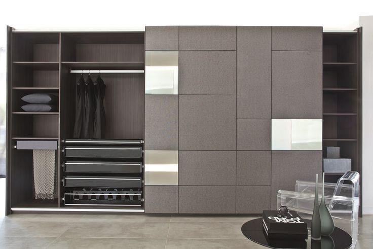 Você sabia que o seu closet pode dizer muito sobre você? Este modelo da S.C.A. traz o interior especialmente planejado e dedicado a um casal que adora vestir-se bem.