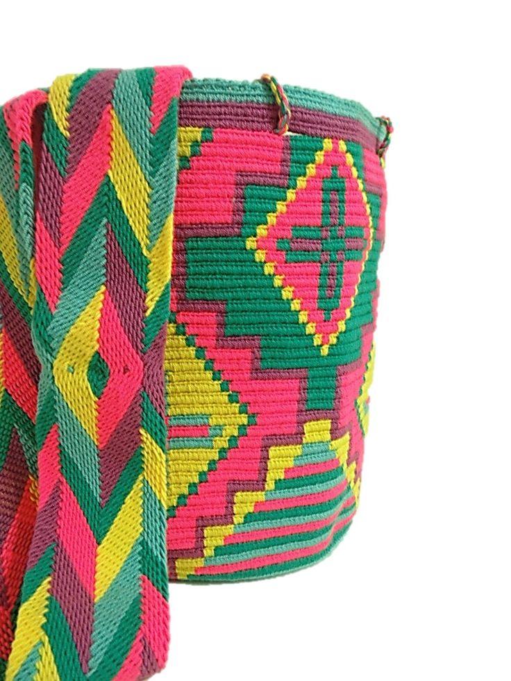 Lindíssima Wayuu multicolorida em amarelo,pink, verde agua, e violeta com desenho de formas geométricas e flores. Um show de tecelagem firme e de tamanho grande. Alça super trabalhada nas cores da bolsa. Bolsas Wayuu com desenhos distintos em cada face são feitas com tiras de puro algodão e com intrincados desenhos, levando de 14 a 20 dias para serem produzidas a mão. Toda tem seus desenhos únicos e diferenciados detalhes. Feitas na Colômbia pelos indígenas Wayuu. são feitas a mão.Tamanho…