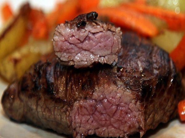 Шесть рецептов мяса на гриле | Нет высшего удовольствия, чем собраться большой компанией на лоне природы и пожарить свежайшее мясо над весело пляшущим огоньком. Мы предлагаем вам шесть рецептов мяса на гриле: говяжий стейк с овощами, говядина «с огоньком», свинина-гриль с грибами и сыром «Рокфор», свинина в медово-перечном маринаде, люля-кебаб, баранина на косточке с баклажанами.