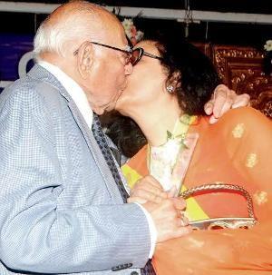 Ram Jethmalani's lip-lock upsets Arjumman Mughal