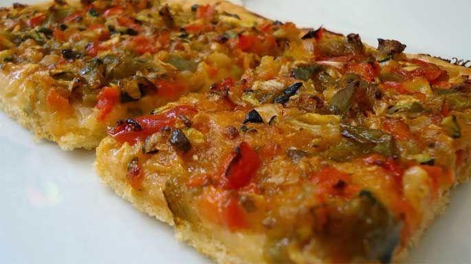 Receta de elaboración de la típica y buenísima *coca de verduras alicantina*. Estupenda para el aperitivo o almuerzo.