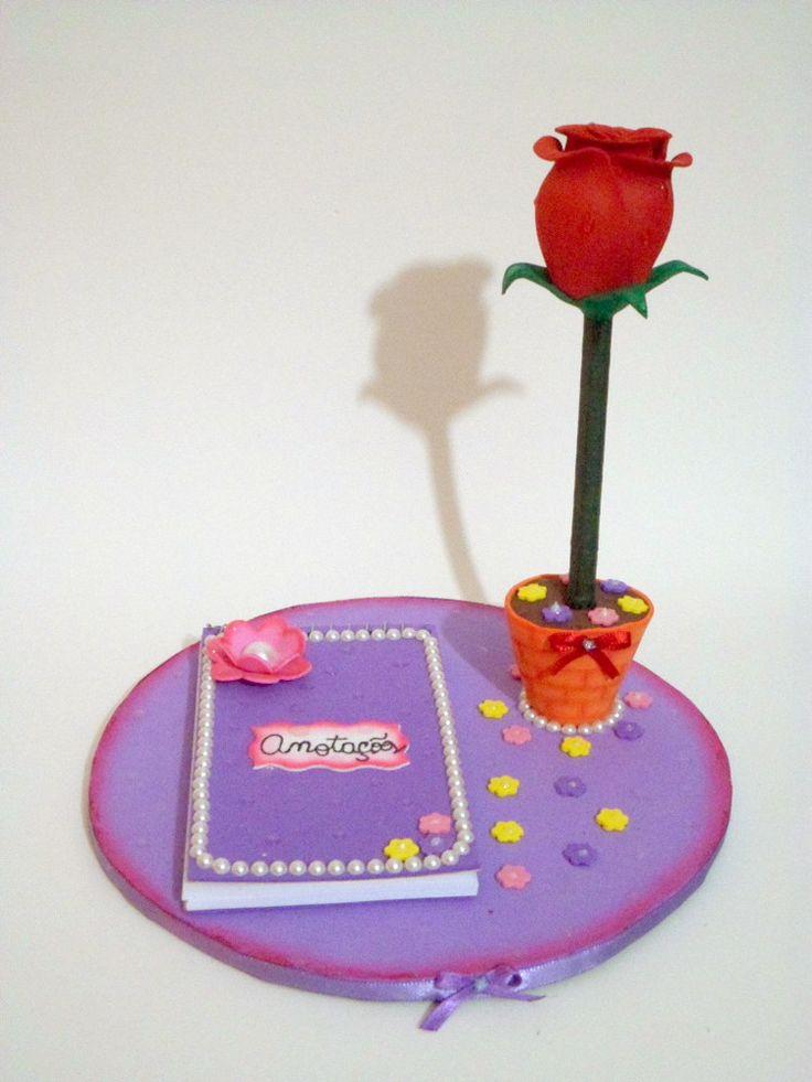 Caderno de anotações, personalizada, revestida em eva com aplicações de mini pérolas;  Caneta personalizada com rosa em EVA, de fácil troca do refil de tinta.