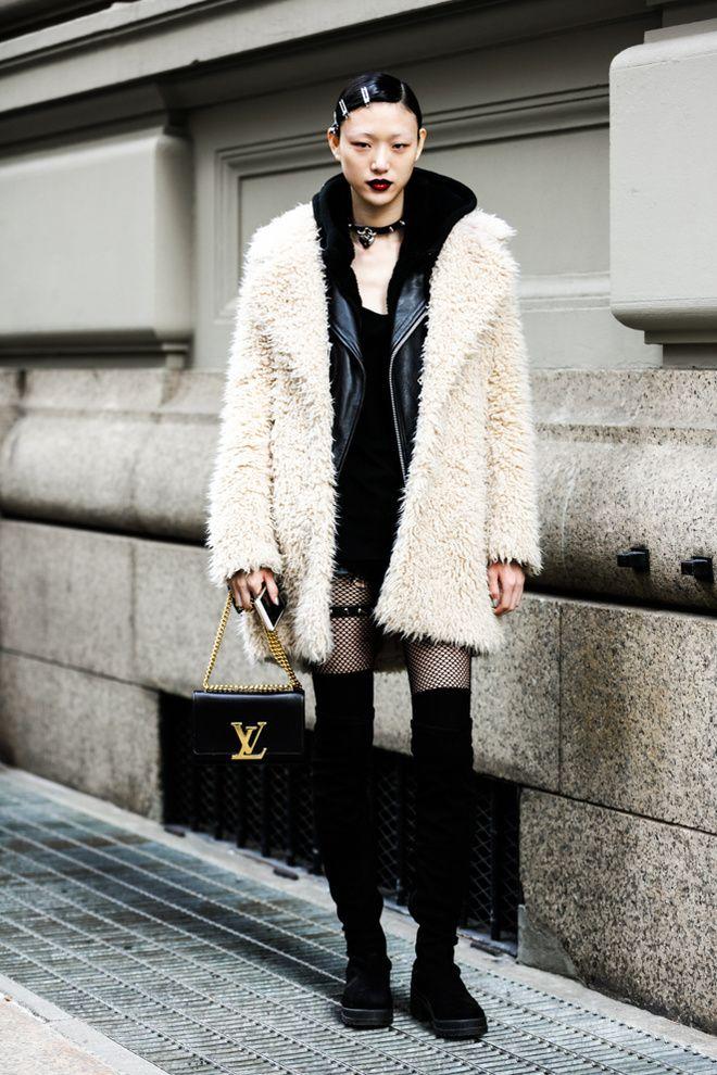 Manteau fourrure, collier grunge et rouge à lèvres foncé à la Fashion Week automne-hiver 2016-2017 de New York 15