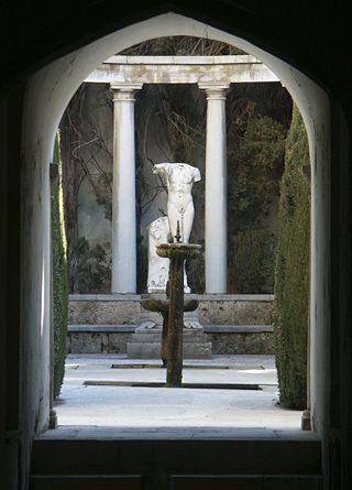 Esculturas cl sicas en jardines y terrazas junto a for Esculturas en jardines