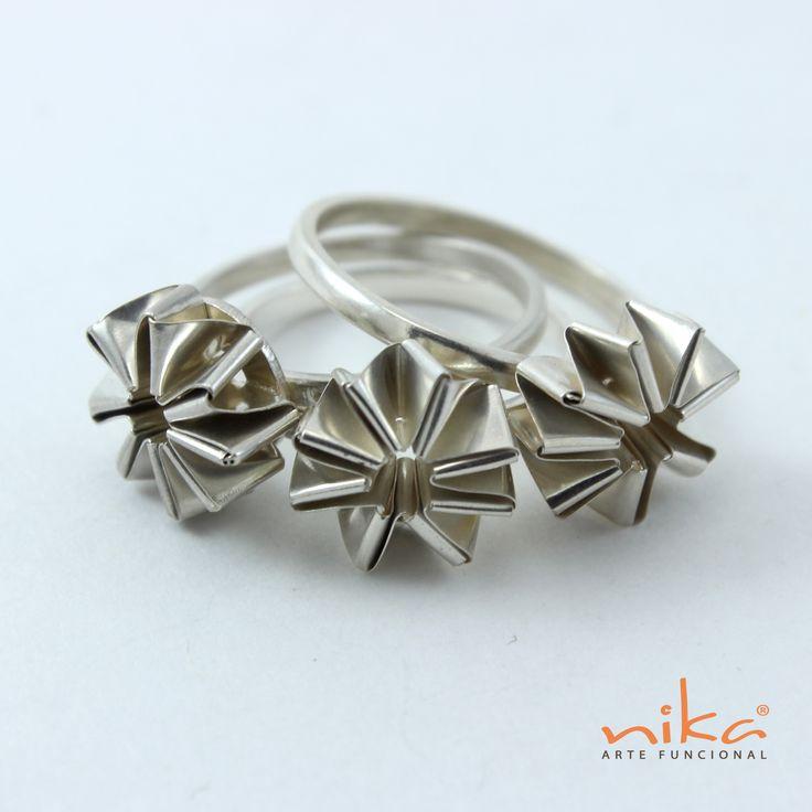 Para qué usar un anillo convencional cuando puedes usar tres de arte funcional www.nika.com.co
