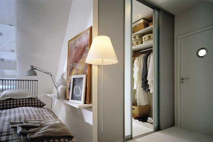 Выдели небольшое закрытое пространство для гардеробной.