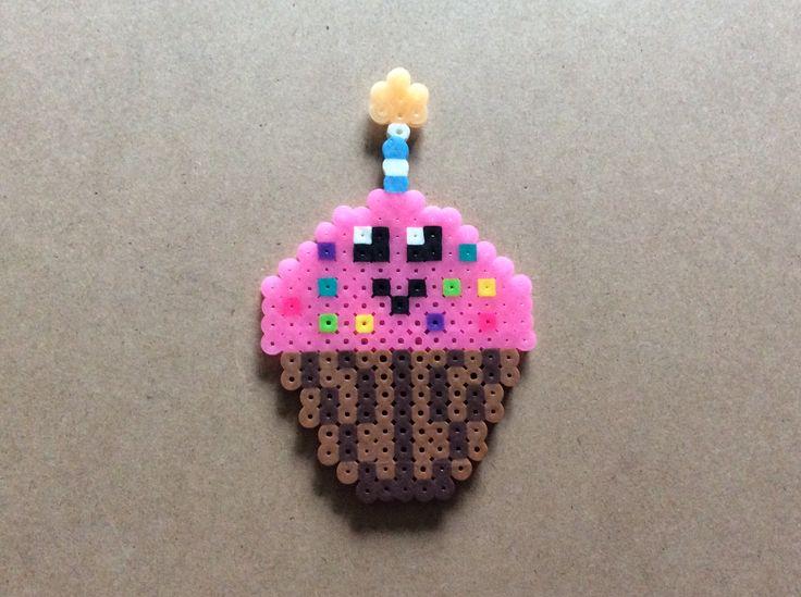 Cupcake La bougie et le crèmage rose allume dans le noir