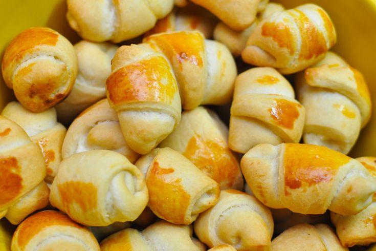 Sós kifli joghurtos tésztával: omlós tészta olvadozó sajttal a közepén a locsolóknak
