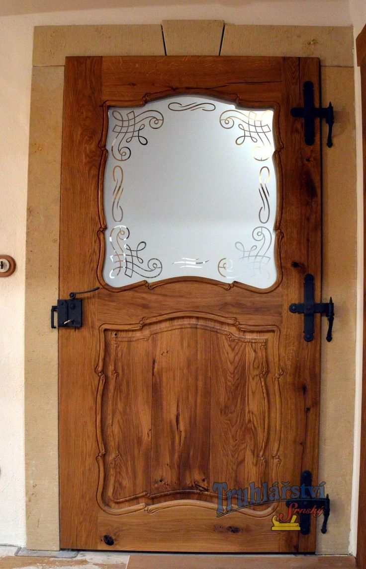 Dveře kazetové v pískovcové zárubni, dub, drásaný, olejovaný. Zámek myšák, kované závěsy, pískované sklo s motivem. Ruční řezba.