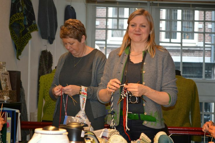 Carla Meijsen van The Dutch Knitters verzorgt goed georganiseerde workshops voor breisters. Een zeer kundige en professione opzet. Daar kan menige organisatie nog wat van leren. Een breed scala aan vaardigheden bezit ze...