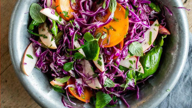 Rødkål hører vinteren til. Med innslag av friske urter passer salaten perfekt til både lunsj og middag.