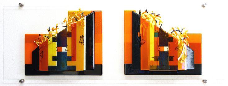 Karin Hodes. 'Face to Face'. Wandobject van fused en slumped Bullseye glas. Kleurtinten: iriserend amber/vanille/brons/antraciet/zwart