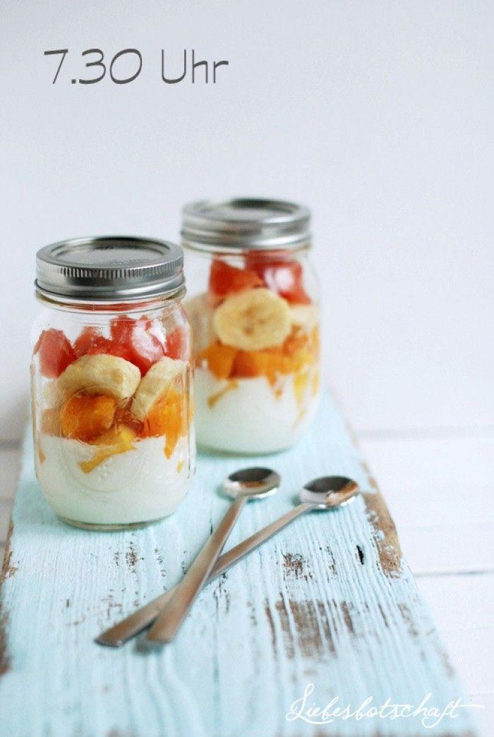 Leckeres und gesundes Rezept für die Mittagspause: Obstsalat mit Joghurt und Nüssen. Noch mehr tolle Rezepte gibt es auf www.Spaaz.de