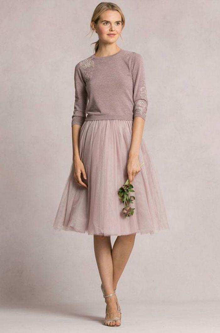 006748bf087a4c kleid boho style dezenter look in rosa-grauen nuancen blume in der linken  hand blonde frau