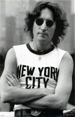 #John Lennon con su míticas gafas de sol