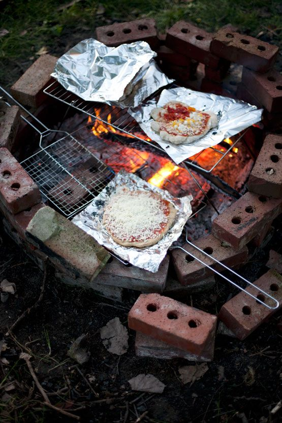 Campfire pizza http://www.immerwachsen.com/2012/10/25/sars-farm-party/