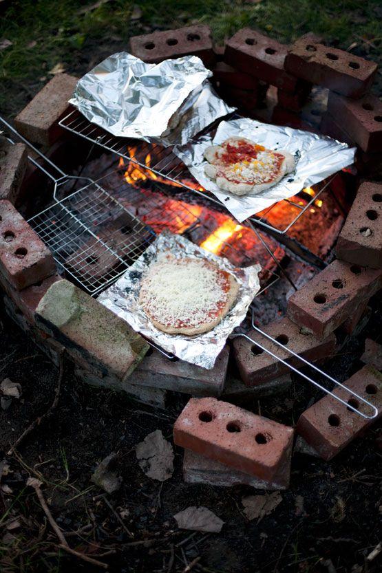 Campfire pizza http://www.immerwachsen.com/2012/10/25/sars-farm-party/