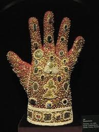 El guante forma parte de la indumentaria con la que se vestían los emperadores del Sacro Imperio Romano Germánico el día de su coronación.