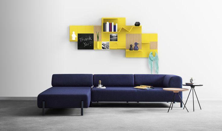 Canapé bleu nuit et composition murale Add+ mimosa