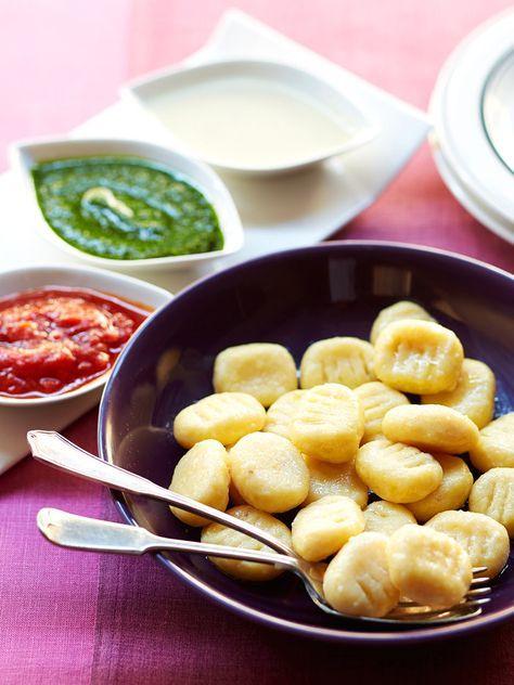 おからと白玉粉を活用。GI値も低くヘルシーな仕上がりなのに、モチモチ感も充分に味わえる楽しいニョッキ。おからは食物繊維も豊富で体内の有害物質を排出する効果が高い。おからと相性のよい豆乳クリームと、旬の食材・春菊のジェノベーゼ、フレッシュなトマトソースの3種のディップで召し上がれ。|『ELLE a table』はおしゃれで簡単なレシピが満載!