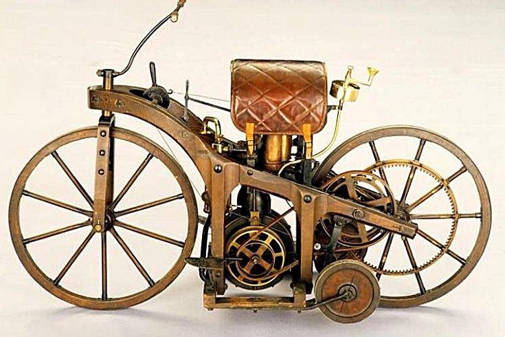 La Daimler Reitwagen, cette voiture de collection fut construite en 1886, cette Daimler Reitwagen de 1886 mesure 0.61 mètres de large, 1.68 mètres de long, et a un empattement de 1.03 mètres.