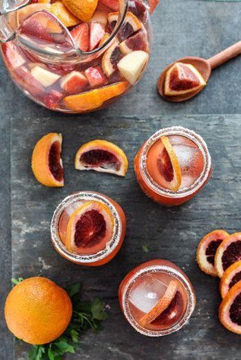 フルーツたっぷりのサングリアをテーブルに並べるだけで、気分がパッと明るくなります♪