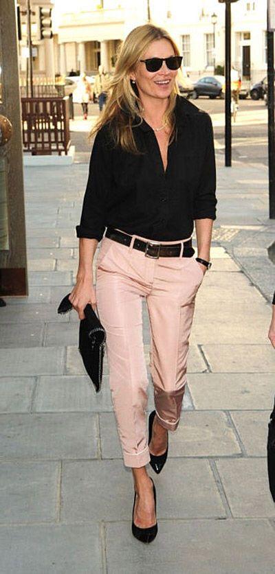 Camisa negra sobre pantalón rosa y complementos en negro.