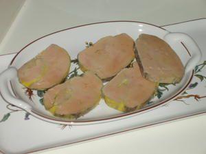 Ingrédients: pour 10 à 12 personnes - 2 foies gras de canard 450 à 500 g - 2 cc de sucre roux - 1 cc de sel - 1 cc de poivre - 1 cc de poivre 4 épices - 2 CS d'alcool au choix: porto, muscat, cognac... - 1 filet de vinaigre Mettre à tremper le foie dans...