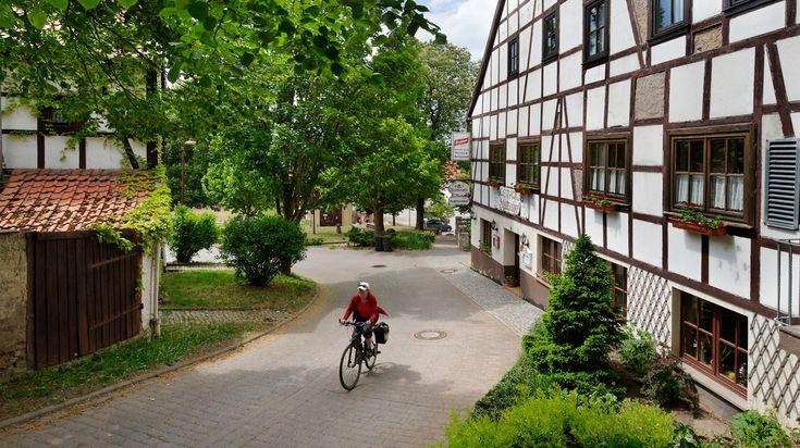 Zeven van Duitslands mooiste steden liggen als een kralensnoer langs de fietsroute Thüringer Städtekette. Journalist en fotograaf Mick Palarczyk fietste met vrienden door het zachtglooiende land, langs barokke paleizen en middeleeuwse burchten.