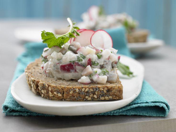 Mmmmmh, Matjes – so lecker und dabei so schön leicht!! Radieschen-Matjes-Tatar - auf Vollkornbrot - smarter - Kalorien: 250 Kcal - Zeit: 20 Min. | eatsmarter.de