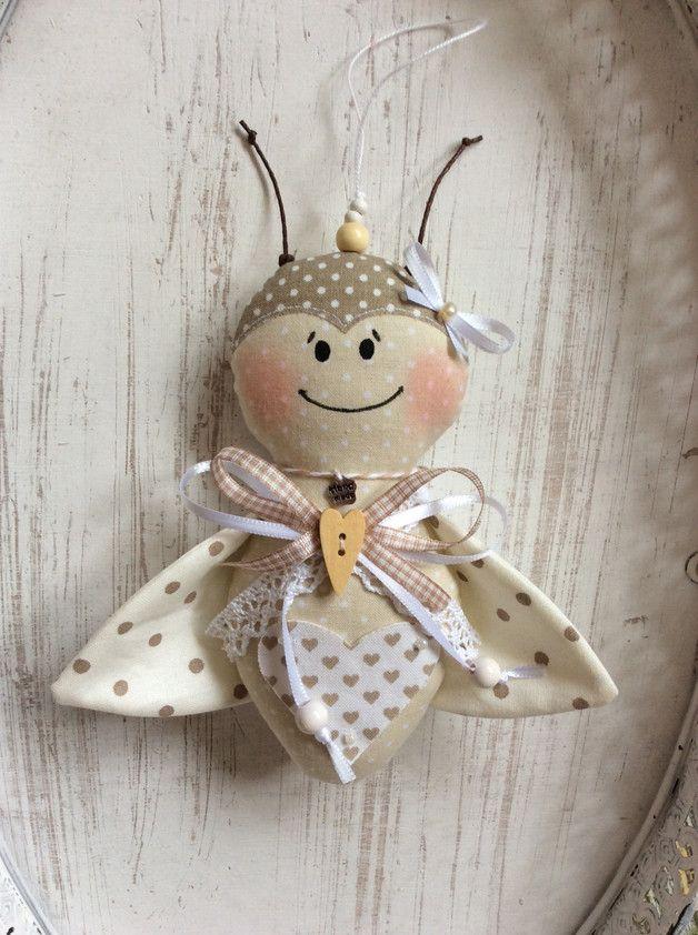 ~~~~ _**Süßer Marienkäfer - Anhänger aus Stoff**_ ~~~~ _Tolle Deko im Landhaus-/ Shabby-Chic – Stil ! Für's eigene Zuhause oder auch schön als Geschenk!_ ~~~~ Der Marienkäfer...