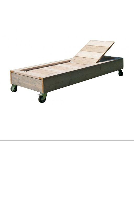 •Met de hand vervaardigd ligbed op wielen gemaakt uit gebruikt steigerhout. •Dit ligbed heeft een afmeting van 200 x 80 x 39. •Makkelijk te verrijden.