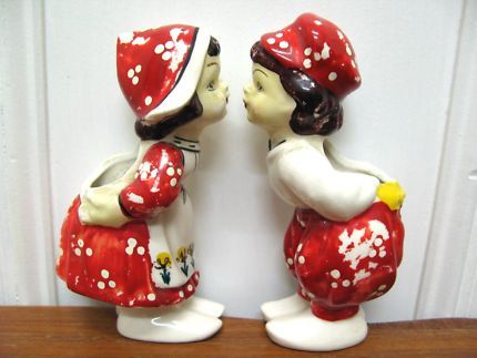$20 Vintage DUTCH CERAMIC KISSING Boy & Girl Toothbrush 13x5x3.5cm Text 0411691171 or email info@bitspencer.com