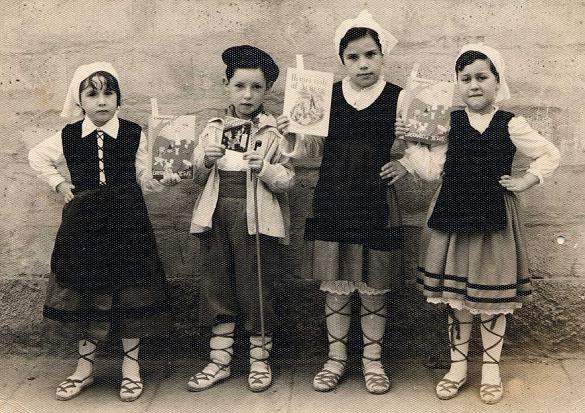 Children in traditional Basque costumes. Niños en trajes típicos del País Vasco.