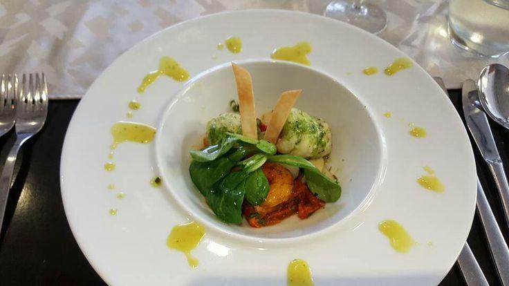 Kha arm : slibtingetjes gevuld met garnalen op een bedje van asperges met zongedroogde tomaten en veldsla
