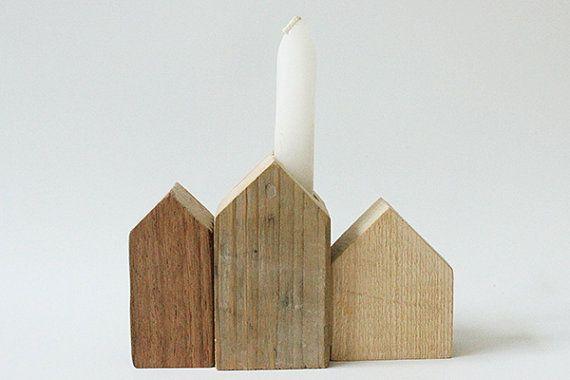 Unieke set van 3 houten huisjes, handgemaakt van sloophout. De set kenmerkt zich door de verschillen in ruwheid, imperfecties, en structuren van