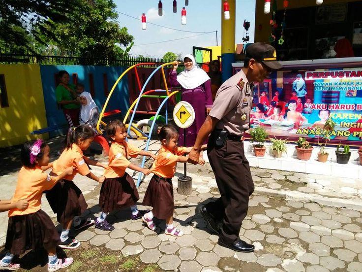 Kapolsek Taman Polres Pemalang polda Jawa tengah memimpin giat PSA ( Polisi Sahabat Anak ) di TK Pertiwi Kelurahan Wanarejan Selatan bersama Polwan dan anggota Binmas dalam rangkaian HUT Polwan yang ke - 68 Rabu 31 Agustus 2016. Jayalah Polisi Wanita ke 68 !! #polrespemalang  #poldajateng  #polisiindonesia  #polisi_indonesia  #detikcom  #humaspolri  #humaspoldajateng  #humaspolrespemalang