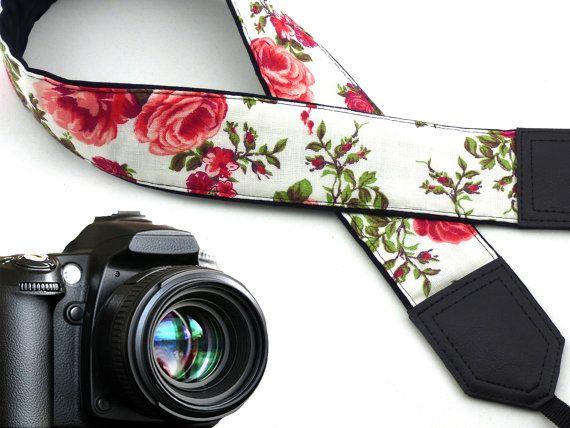 Courroie de roses.  Fleurs de sangle appareil photo reflex numérique. Blanc…