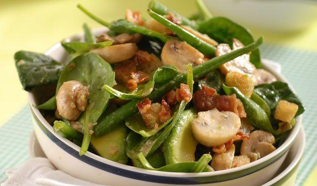 Túto kombináciu musíte ochutnať: Špenát so slaninou, šampiňónmi a s avokádom | DobreJedlo.sk