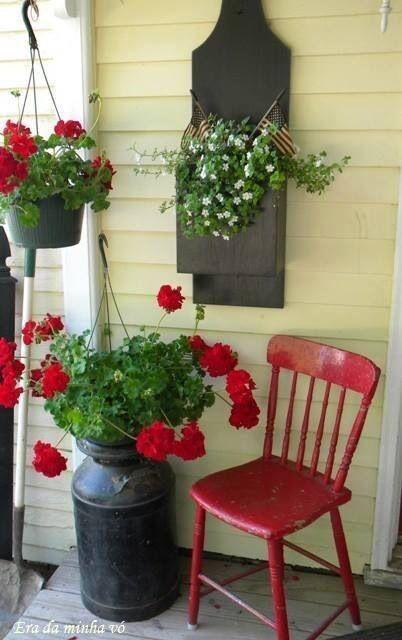 Cadeira vermelha combinando com as flores