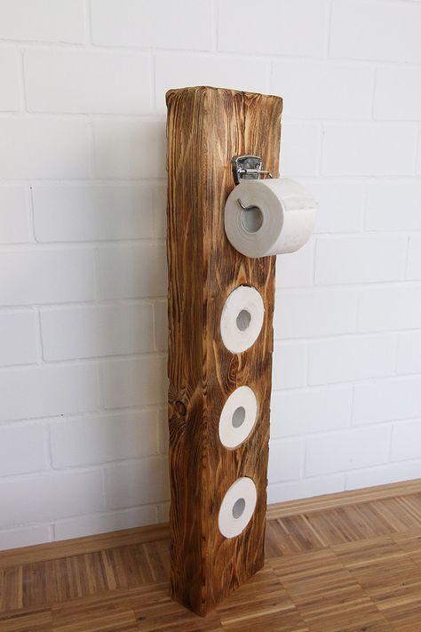 Sehr schöner Klopapierhalter aus Massivholz. Aus einem alten Fachwerkbalken wurde dieser wunderschöne Klorollenhalter gearbeitet. Die Oberfläche wurde gebürstet, geflammt und mit weißer Lasur...