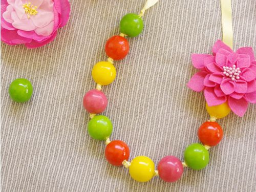 Easy edible party favor idea to make with the kids! Yummy gumball necklaces in bright fun colors will make the perfect party favor.