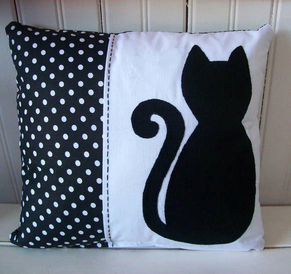 Almofada em algodão com aplicação em patchwork. Se desejar, bordamos o nome. R$ 47,00