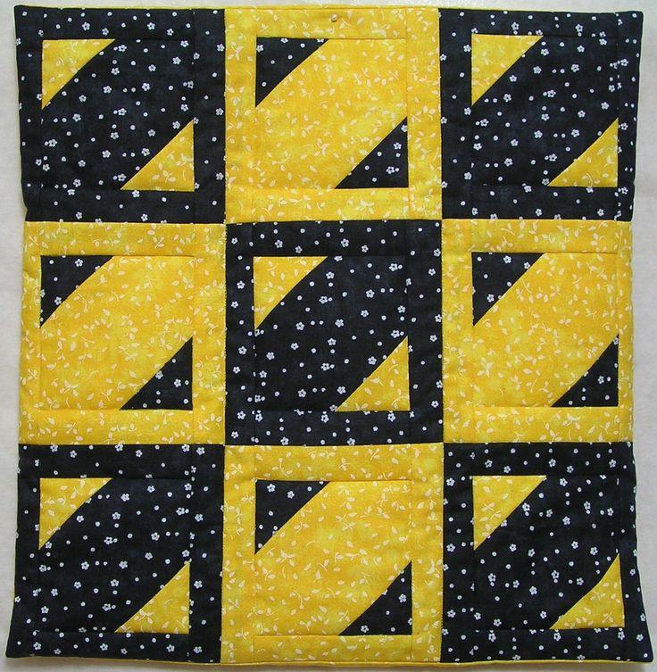Efektní patchworkový černožlutý polštář. Volila jsem vysoce kontrastní látky, aby vynikl jednoduchý nápad a báječný efekt :-) Zadní strana je tvořena překrývajícími se díly bez zapínání, a polštář, jehož rozměry jsou 42 x 42 cm, je dodáván i s vnitřní náplní. Lze jej ušít v různých barevných kombinacích - vysloveně na přání zákazníka :-)