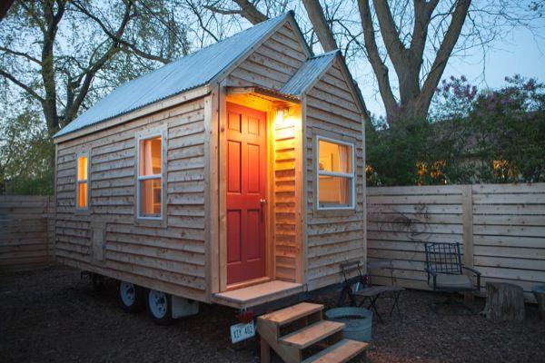 Vídeo y fotos de una pequeña casa sobre ruedas
