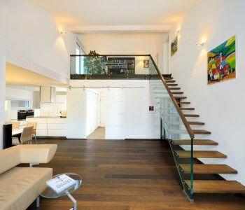 Bungalow Ederer - Baufritz -Galerie mit offener Treppe, Parkett Weiß Holz